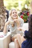 De moderne vrouwen bij koffie winkelen Stock Afbeelding