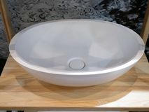 De moderne wasbak van de ellips witte ceramische of witte steen royalty-vrije stock afbeelding