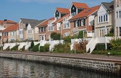 De moderne waterkant van de huizenmening Stock Afbeeldingen