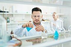 De moderne Wetenschapper Working in Laboratorium met reageerbuizen en reageert royalty-vrije stock fotografie