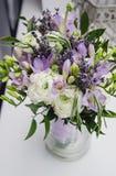 De moderne witte, violette, groene bloemen van het bruidboeket Rustieke huwelijksstijl van mooie boterbloemenranunculus, fresia Stock Foto's