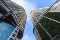 De moderne Wolkenkrabberbouw tegen blauwe hemel Royalty-vrije Stock Foto