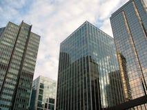 De moderne wolkenkrabbers bekijken skyward Stock Foto's