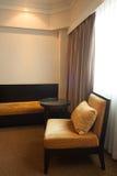 De moderne woonkamer van de luxe Moderne stijl in het hotel Ontspan ruimte van de mensen wanneer verlof in het hotel Royalty-vrije Stock Foto