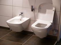 De moderne zetel van het badkamerstoilet stock fotografie