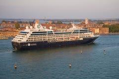 De moderne Zoektocht ` van de cruisevoering ` Azamara in de Venetiaanse lagune stock foto