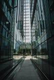De moderne zwarte en donkerblauwe achtergrond van glaswolkenkrabbers Bedrijfsbouwconcept succesvol industrieel vast lichaam Royalty-vrije Stock Foto's