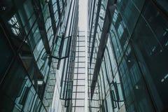 De moderne zwarte en donkerblauwe achtergrond van glaswolkenkrabbers Bedrijfsbouwconcept succesvol industrieel vast lichaam Stock Foto