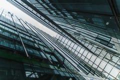 De moderne zwarte en donkerblauwe achtergrond van glaswolkenkrabbers Bedrijfsbouwconcept succesvol industrieel vast lichaam Royalty-vrije Stock Foto