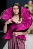 De modeshow Pierre Cardin in de Manierweek van Moskou met Liefde voor de daling-Winter 2016/2017 van Rusland Stock Afbeeldingen
