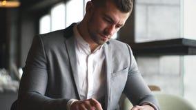 De modieuze jonge zakenman in grijs kostuum ondertekent contract stock video