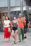 De modieuze mensen lopen in het Dorp het winkelen gebied, Peking, China Stock Foto