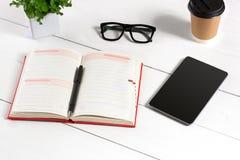 De modieuze minimalistic werkplaats met tablet en notitieboekje en de glazen in vlakte leggen stijl Witte achtergrond Royalty-vrije Stock Afbeelding