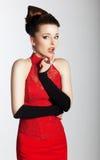 De modieuze mooie vrouw in modieuze rode kleding kijkt Royalty-vrije Stock Foto