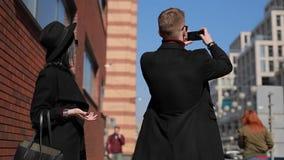 De modieuze paartoeristen nemen een foto van Europese aantrekkelijkheden in stad stock footage
