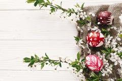 De modieuze Pasen-vlakte lag geschilderde eieren op rustieke houten backgroun Royalty-vrije Stock Foto