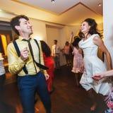 De modieuze retro bruid en bruidegom dansende eerste schommeling van de huwelijksdans stock foto