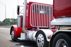 De modieuze rode grote installatie semi vrachtwagen met dagcabine en de veiligheid bewaken aga Stock Afbeeldingen