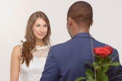 De modieuze romantische Afrikaanse mens met een rood nam toe Royalty-vrije Stock Afbeeldingen