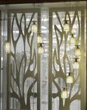 De modieuze tegenhangerlamp in glas toont venster stock foto