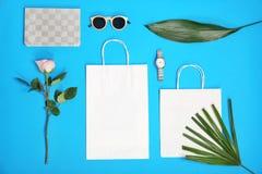 De modieuze vlakte legt samenstelling met het winkelen zakken Stock Foto's
