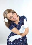 De modieuze vrouw die stippen dragen kleedt zich en goed voelen en het dansen in de studio Stock Fotografie