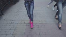 De modieuze vrouw in jeans en roze schoenen is een straat van de stad stock videobeelden