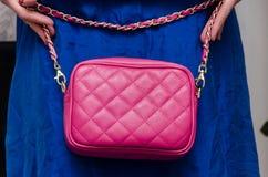 De modieuze vrouw van modieuze vrouw heeft een kleine gewatteerde roze leat stock fotografie