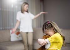 De moeder berispt haar dochter Familieverhoudingen Het onderwijs van het kind stock afbeelding