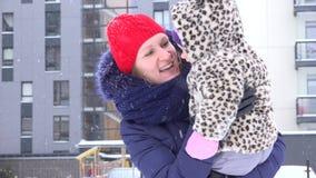 De moeder besteedt freetime met leuke baby in de wintertijd openlucht 4K stock videobeelden