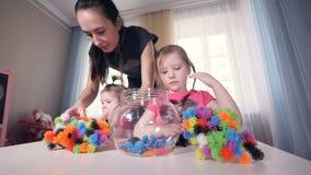 De moeder die met haar twee dochters spelen Portret Close-up steadicam HD stock videobeelden