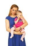 De moeder die van de schoonheid haar babymeisje houdt Royalty-vrije Stock Foto