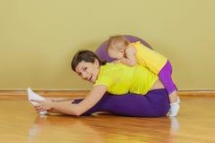 De moeder doet oefeningen met haar dochter Royalty-vrije Stock Fotografie