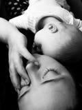 De moeder en de baby van de slaap Stock Fotografie