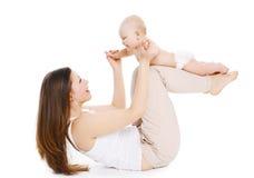 De moeder en de baby doen oefening en hebben pret stock foto