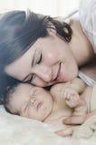 De moeder en de baby nestelen zich royalty-vrije stock afbeeldingen