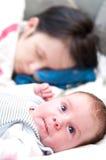 De moeder en de baby van de slaap Stock Afbeelding