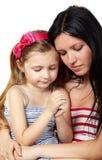 De moeder en de dochter bidden stock afbeeldingen