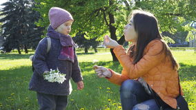 De moeder en de dochter brengen samen tijd door stock video