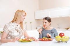 De moeder en de dochter hebben lunch stock afbeelding