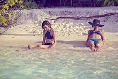 De moeder en de dochter kijken aan de oceaan Stock Fotografie