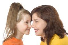 De moeder en de dochter kijken gelukkig tegen elkaar en smil Royalty-vrije Stock Foto