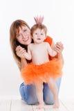 De moeder en de dochter kleedden zich in een prinseskostuum Royalty-vrije Stock Foto