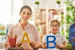 De moeder en de dochter leren te schrijven Royalty-vrije Stock Afbeelding