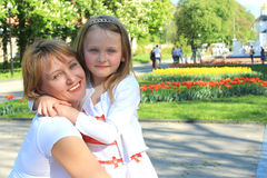 De moeder en de dochter omhelzen Stock Foto