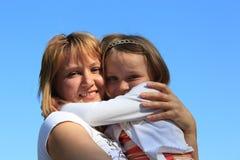 De moeder en de dochter omhelzen Royalty-vrije Stock Foto