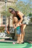 De moeder en de Dochter spelen Golf Stock Foto's