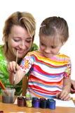 De moeder en de dochter trekken Stock Afbeeldingen