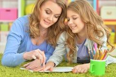 De moeder en de dochter trekken royalty-vrije stock afbeeldingen