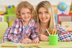 De moeder en de dochter trekken lijst royalty-vrije stock foto